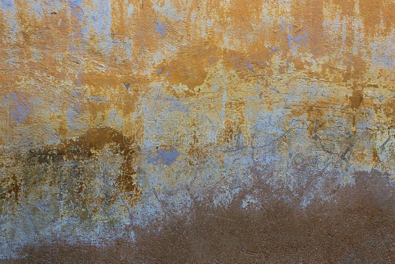 Gebarsten concrete uitstekende muurachtergrond stock foto