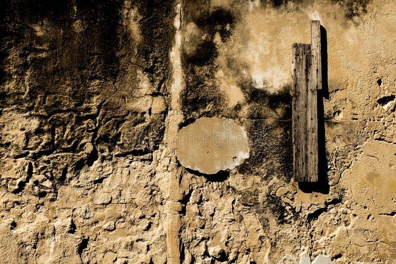 Gebarsten concrete uitstekende muurachtergrond royalty-vrije stock foto