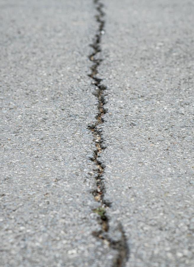 Gebarsten de lijn van de asfaltweg stock foto's