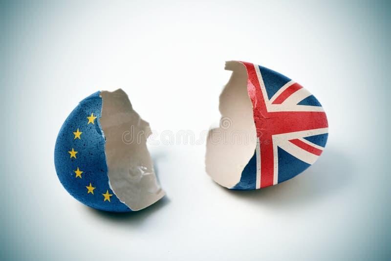 Gebarsten die eierschaal met Europese en Britse fla wordt gevormd royalty-vrije stock afbeelding