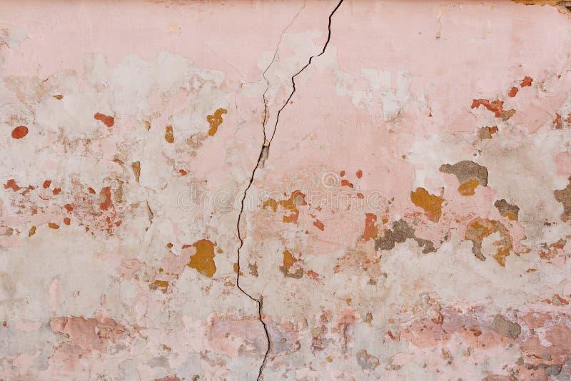 Gebarsten en geweven oude lichtrose muur stock foto