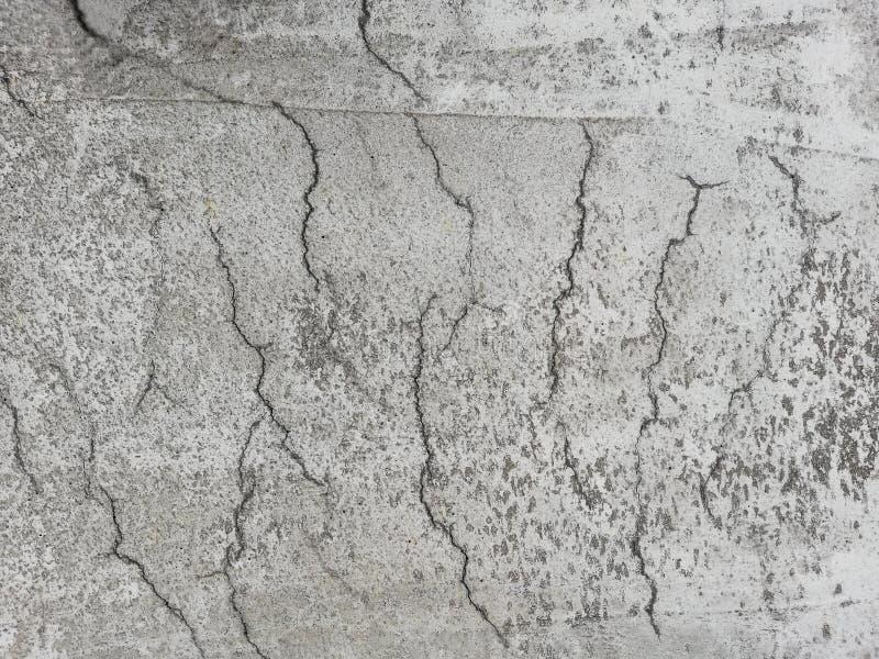 Gebarsten gewapend beton in een plakoppervlakte royalty-vrije stock afbeelding