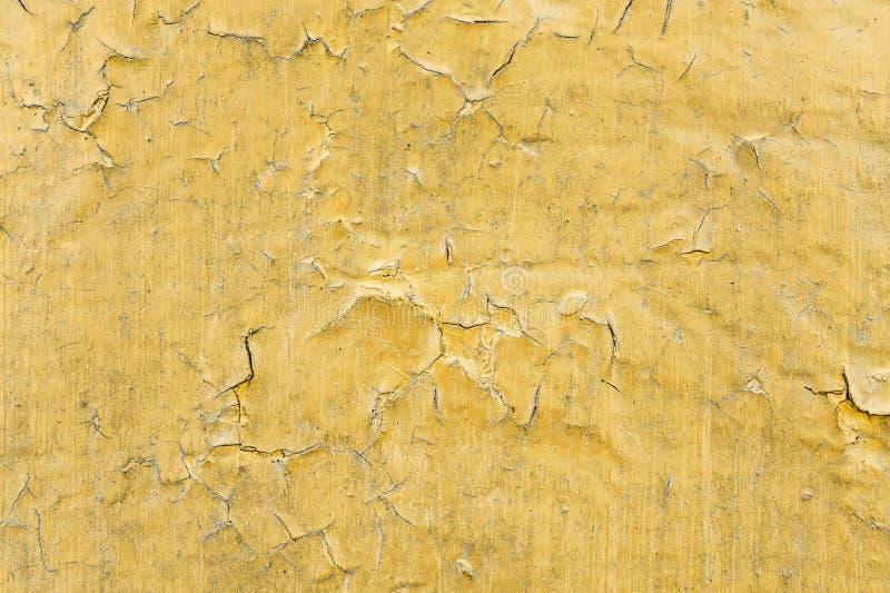 Gebarsten giftige gele verftextuur Close-up van oude geschilderde rode muur Abstracte Achtergrond Grunge Wijnoogst gekraste opper royalty-vrije stock afbeeldingen