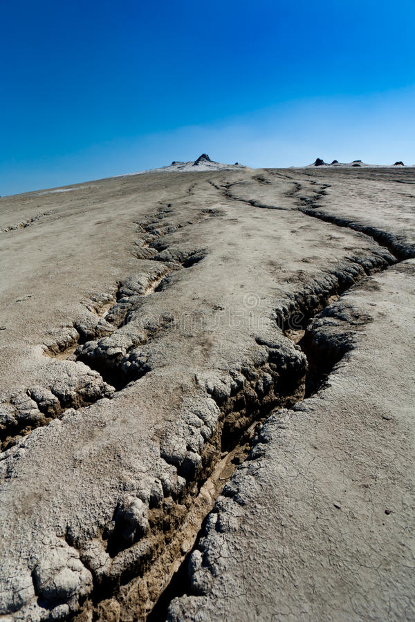 Gebarsten grond van modderige vulkanen in Roemenië royalty-vrije stock fotografie