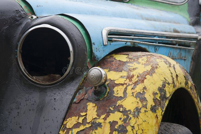 Gebarsten kleurenoppervlakte en gebroken koplamp van oude auto royalty-vrije stock foto's
