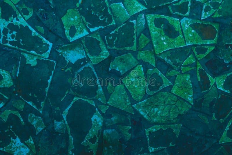 Gebarsten oude tegel bij de bodem van de pool Abstracte achtergrond van geslagen donkerblauw en groen mozaïek Gebroken, sjofele t stock fotografie