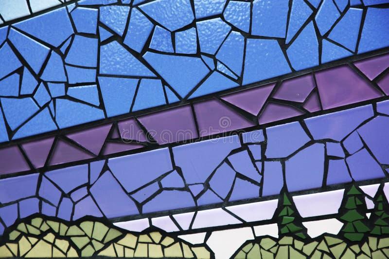 Gebarsten tegels in verschillende die kleuren op een muur worden geschikt royalty-vrije stock afbeelding