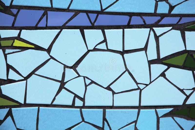 Gebarsten tegels in verschillende die kleuren op een muur worden geschikt stock afbeeldingen