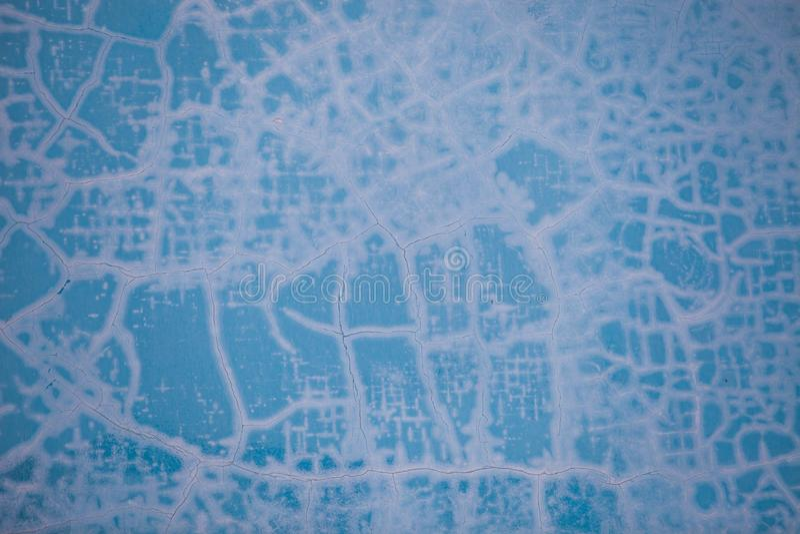Gebarsten verfpatroon op de blauwe muur stock fotografie