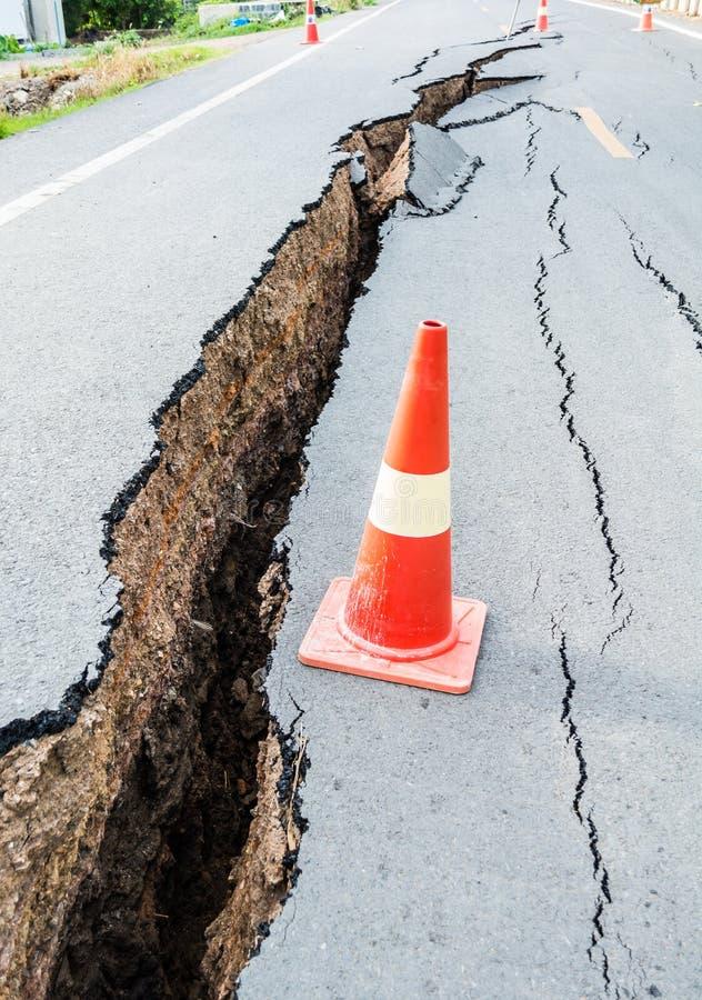 Gebarsten weg na aardbeving stock foto