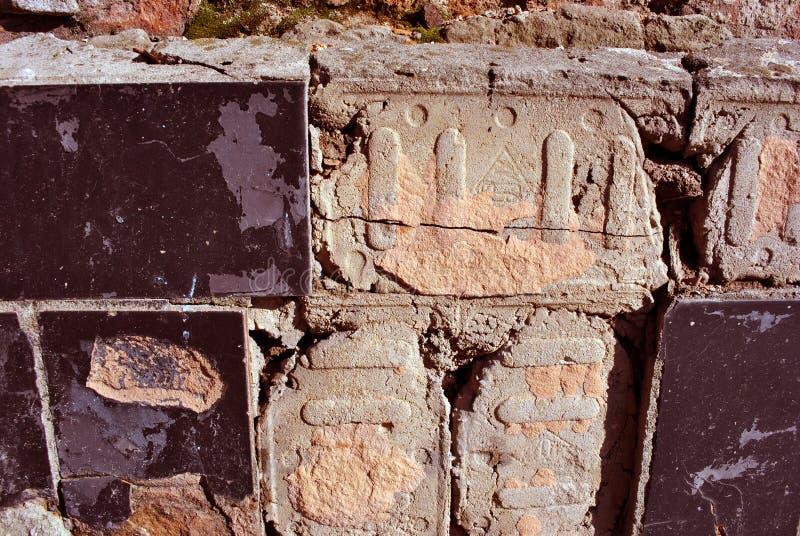 Gebarsten zwarte tegels, pleisteroppervlakte op muur, grunge horizontaal sjofel detail als achtergrond royalty-vrije stock afbeeldingen
