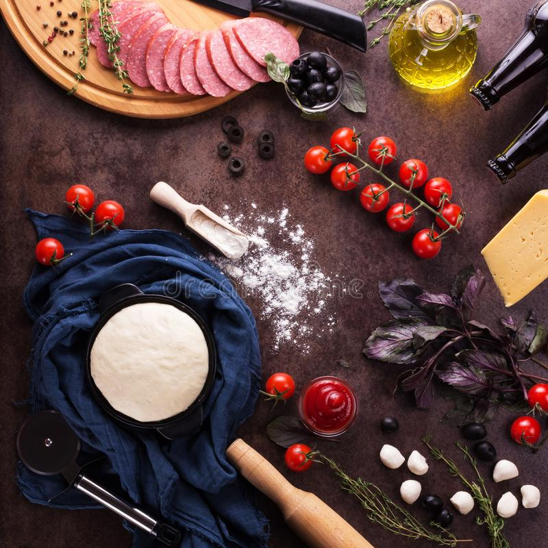 Gebeëindigd deeg en reeks producten voor het koken van pizza op het werkoppervlakte stock foto