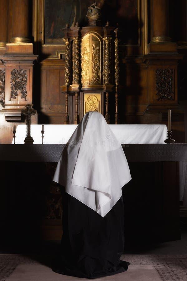 Gebed bij het altaar royalty-vrije stock foto
