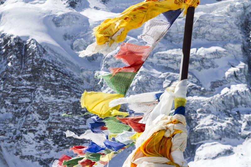 Gebed boeddhistische vlaggen die in de wind fladderen nepal stock afbeelding
