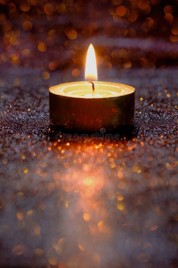 Gebed en hoopconcept Retro kaarslicht met verlichtingseffect royalty-vrije stock afbeelding