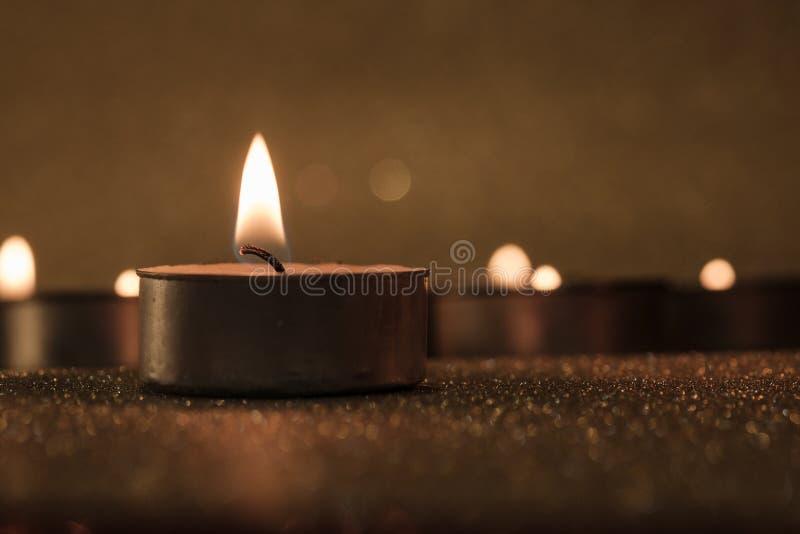 Gebed en hoopconcept Retro kaarslicht met verlichtingseffect royalty-vrije stock foto's