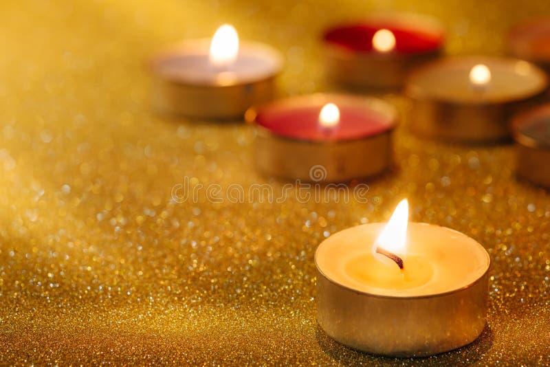 Gebed en hoopconcept Retro kaarslicht met verlichtingseffect stock fotografie
