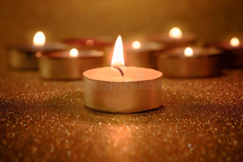 Gebed en hoopconcept Retro kaarslicht met verlichtingseffect stock afbeeldingen