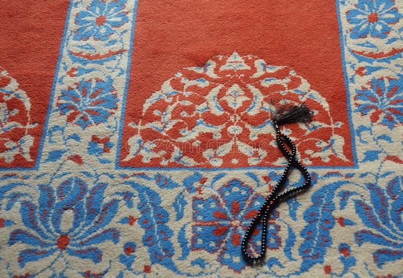 Gebed in Turkse moskee stock afbeelding