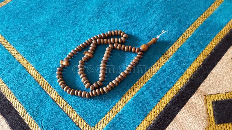 Gebeddeken in de moskee met gebedparels op het stock afbeeldingen