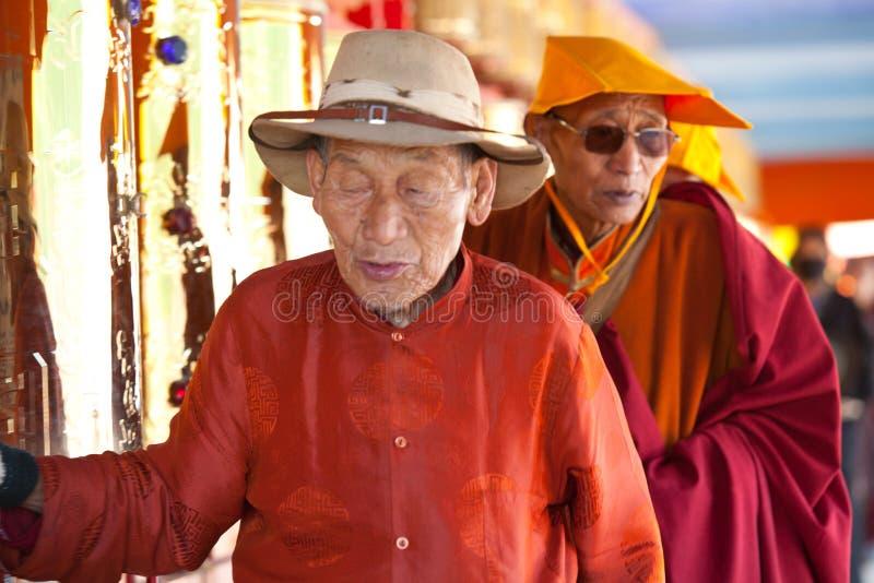 Gebeden die gebedwiel in de universiteit van Sertar wervelen buddhish royalty-vrije stock afbeelding