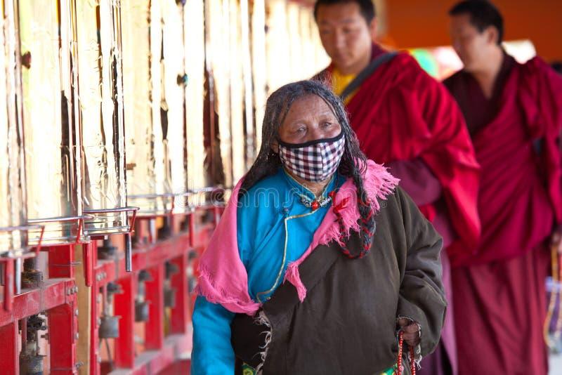 Gebeden die gebedwiel in de universiteit van Sertar wervelen buddhish stock afbeeldingen