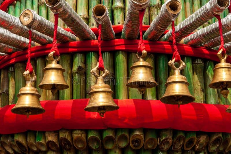 Gebedklokken in een tempel royalty-vrije stock afbeelding