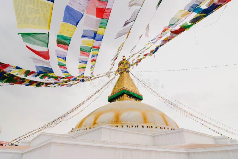 gebedvlaggen bij Bodhnath-stupa in Katmandu, Nepal stock foto's