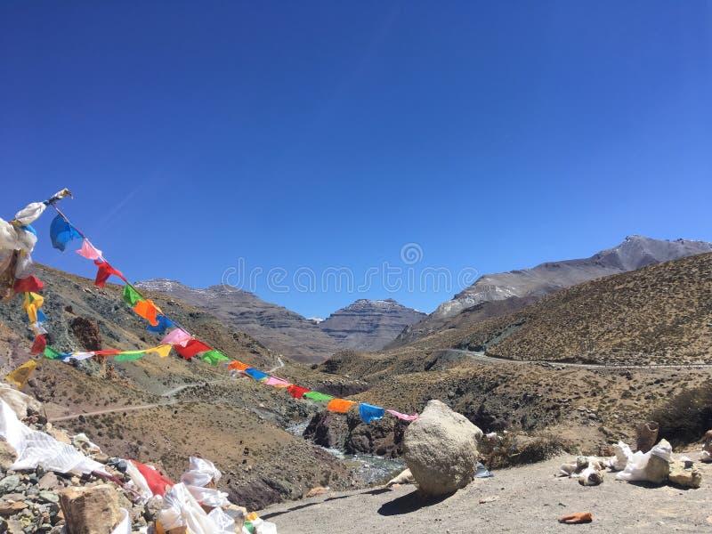 Gebedvlaggen die in Wind golven - zet Kailash Kora in de Lente in Tibet in China op stock afbeeldingen