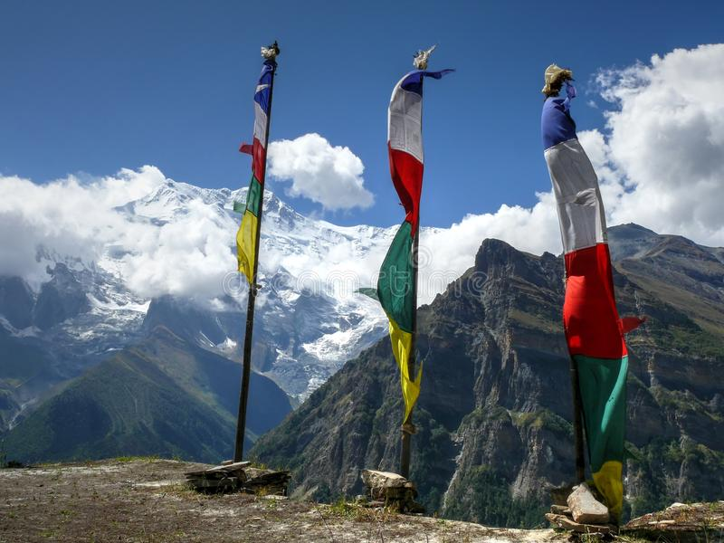 Gebedvlaggen en Annapurna in Ghyaru-dorp, Nepal royalty-vrije stock foto