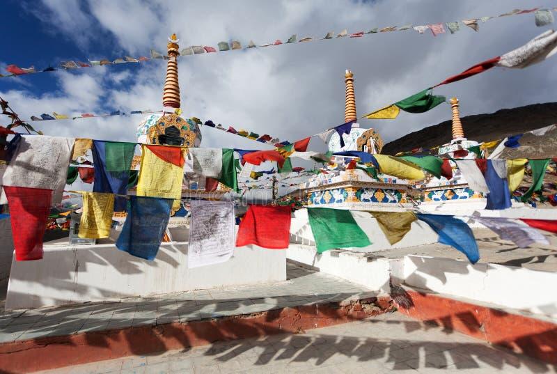 Gebedvlaggen met stupas - Kunzum-de pas van La royalty-vrije stock foto's