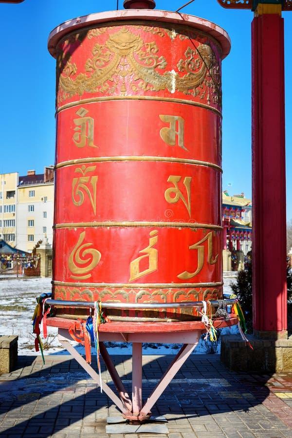 Gebedwiel binnen de pagode in Boeddhistische complexe Gouden Woonplaats van Boedha Shakyamuni in de lente Elista Rusland stock foto