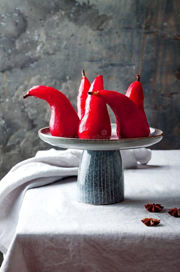 Gebeitelde hibiscus of met rode wijn geperste peren Delicious winter franse dessert royalty-vrije stock fotografie