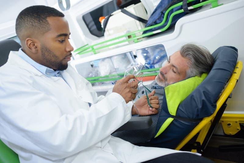 Geben dem Patienten der Atemmaske stockfoto