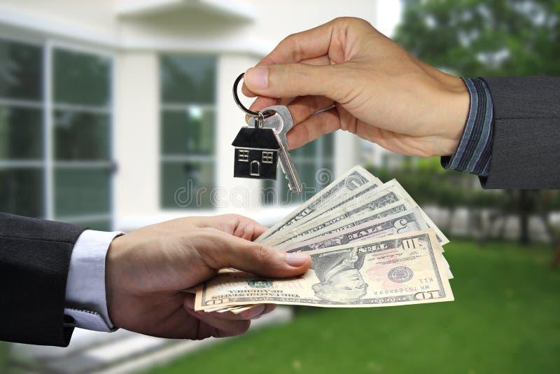 Geben den Kunden, Eigentumskonzept, der Hypothek und dem Mittelkonzept von Hausschlüsseln lizenzfreie stockfotografie
