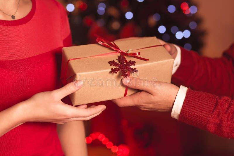 Geben des Weihnachtsgeschenks lizenzfreie stockfotografie