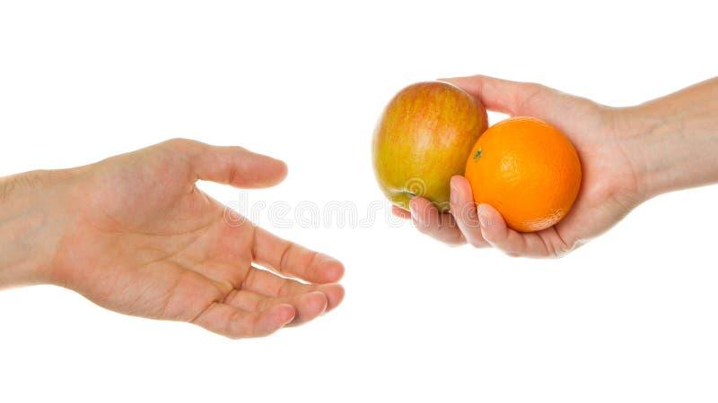 Download Geben Eines Apfels Und Der Orange Stockfoto - Bild von orange, menschlich: 26359920