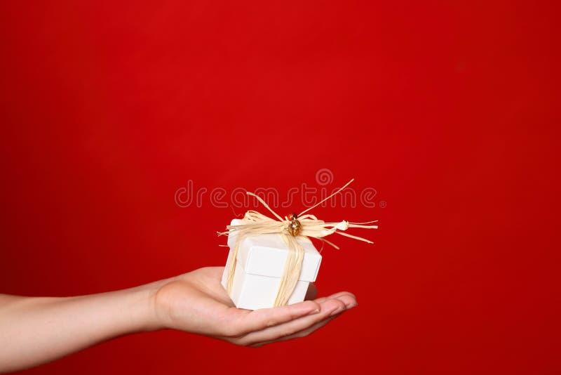 Geben eines Geschenkes stockbild