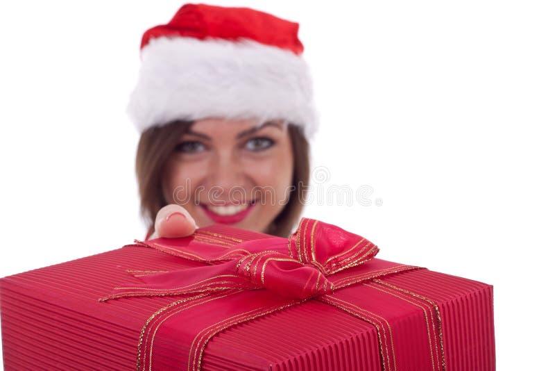 Geben eines großen Weihnachtsgeschenks lizenzfreie stockbilder