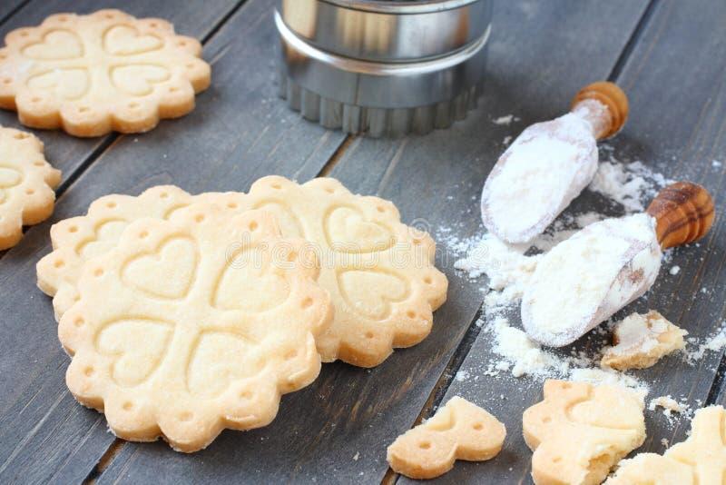 Geben freie Keksplätzchen des selbst gemachten Glutens mit Schaufeln des Glutens Mehl frei stockbild