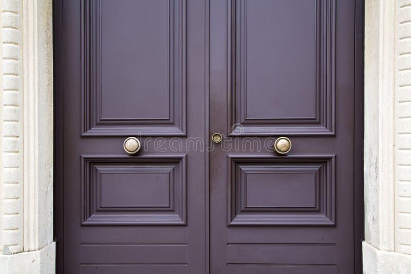 Geben Sie abstrakten braunen Klopfer der Post in einer geschlossenen hölzernen Tür bekannt stockfotos