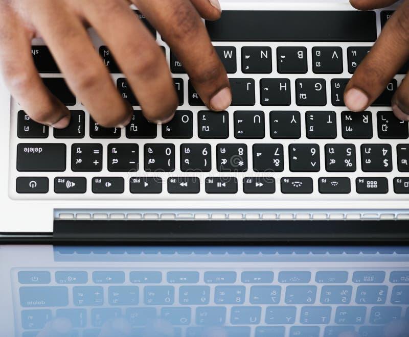 Geben Sie auf dem weißen und schwarzen Notebook-Computer ein stockfotos