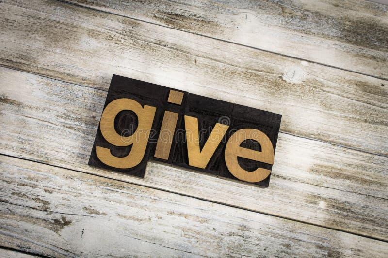 Geben Sie Briefbeschwerer-Wort auf hölzernem Hintergrund lizenzfreies stockfoto