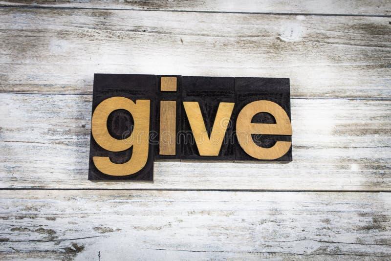 Geben Sie Briefbeschwerer-Wort auf hölzernem Hintergrund stockfotografie