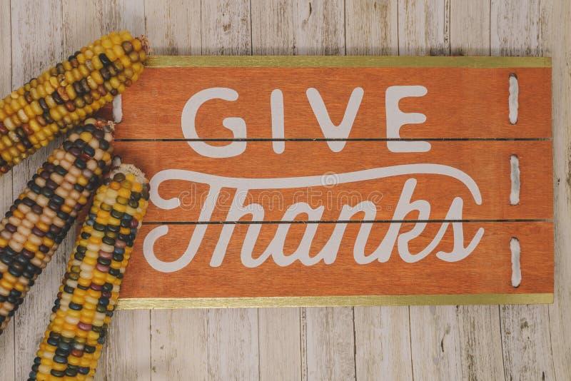 Geben Sie Danktext-Phrase Erntedankfest mit indischem Mais lizenzfreies stockfoto