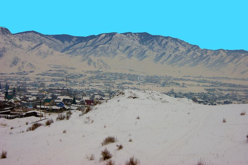 Geben Sie an den Wintertagen in den Bergen das Dorf ein lizenzfreies stockfoto