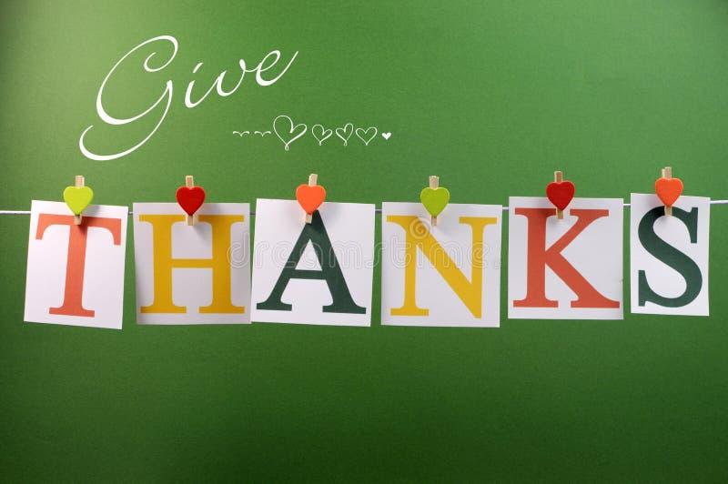 Geben Sie die Dankmitteilung, die von den Klammern auf einer Linie für Danksagungsgruß hängt stockfotografie