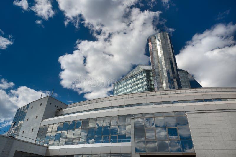 Geben Sie Institution ` Nationalbibliothek von Weißrussland-`, von futuristischer hinterer Ansicht mit Reflexionen des blauen Him stockbild