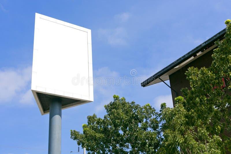 Geben Sie leeres im Freien des Zeichens auf dem Himmel und dem Baum bekannt stockfoto