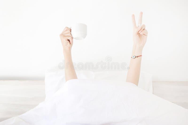Geben Sie mir einen Tasse Kaffee und ich kann die Welt erobern stockfoto